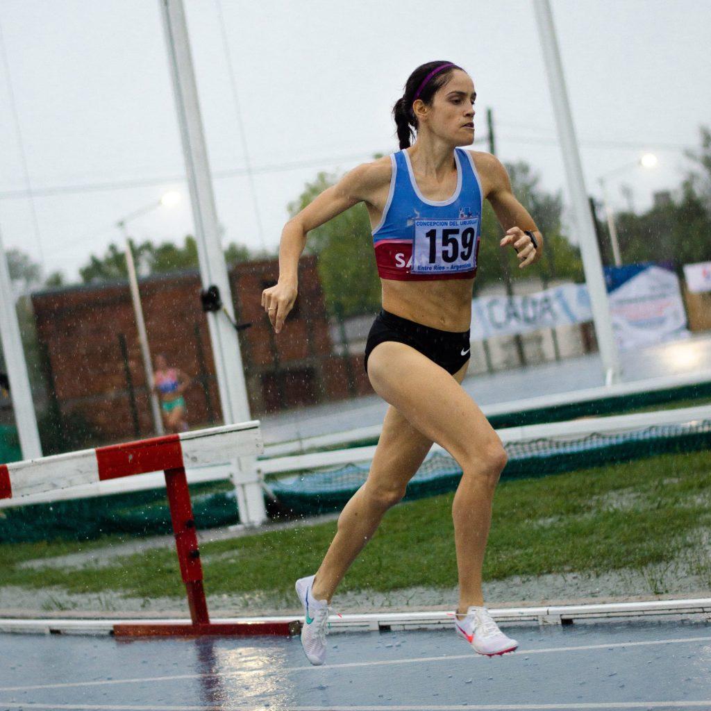Carolina Lozano, la figura en una jornada bajo lluvia 5